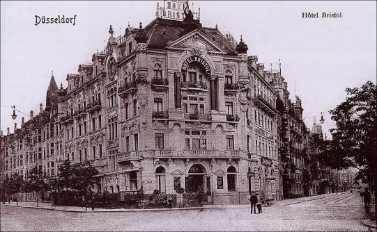 Düsseldorf,_Wilhelmplatz,_Ecke_Graf-Adolf-Straße_(links)_und_Bismarckstraße_(rechts),_Hotel_Bristol,_um_1910_(Quelle_-_Paul_Wietzorek,_Das_historische_Düsseldorf,_Düsseldorf_2010)