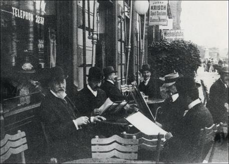Wagner Hoffmann Moser in el jardin del Cafe Bristol foto anónima de 1903 reducida O.N.B.