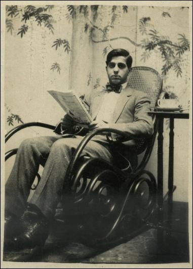 Hombre sentado en mecedora Kohn