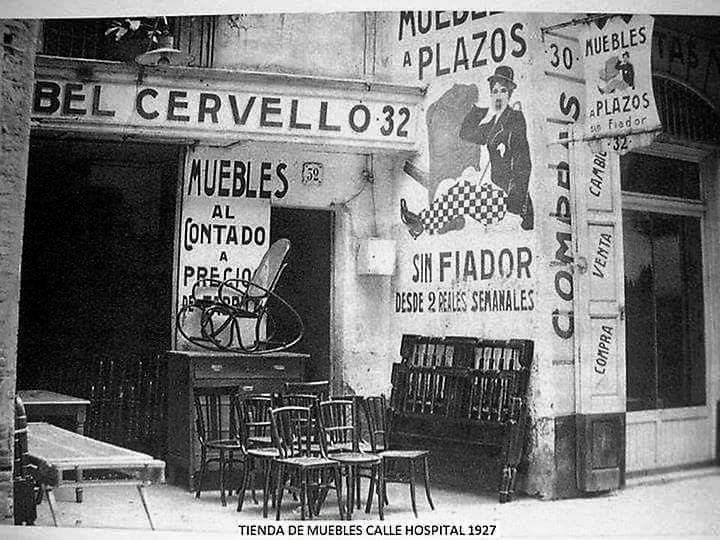 Tenda de venta de mobles amb facilitats de pagament dos rals a la setmana al carrer Hospital l'any 1927