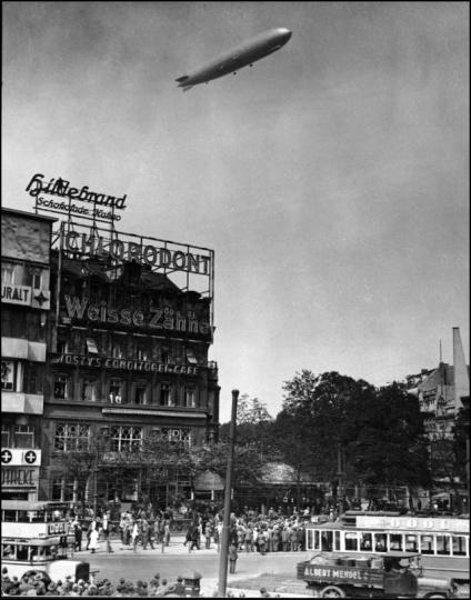 Berlin, Zeppelin über Potsdamer Platz