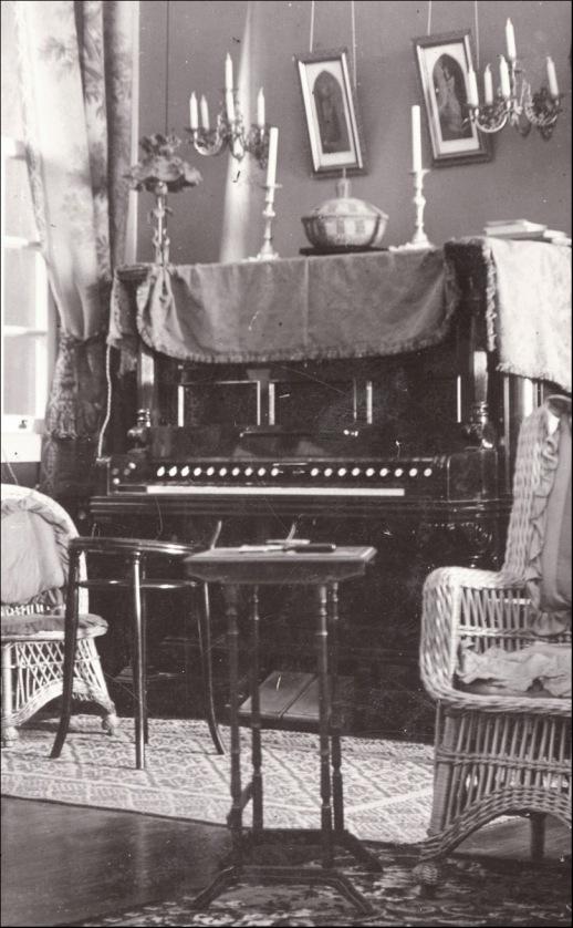 El piano y el salón-FedacDA LUZ PERESTRELLO, JORDAO 1905 det